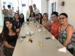 Mariana com a nutricionista Camila Brandão Polakowski e equipe
